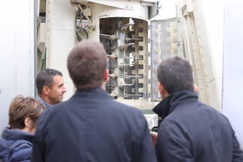Julien Grasset présente l ébarbeur situé en tête du circuit de triage